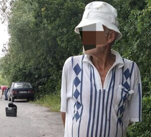 Под Хмельницким пенсионеры привязали собаку к машине и волочили по дороге