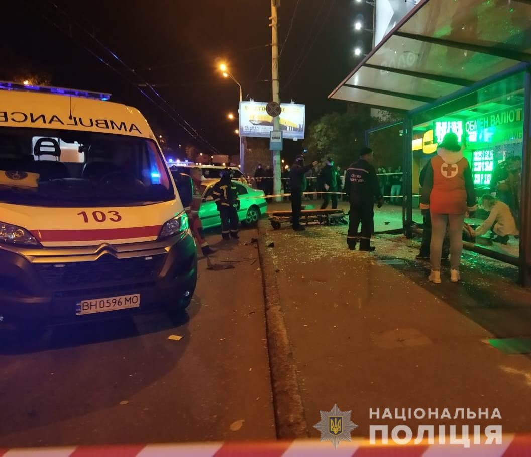 В Одессе авто на большой скорости влетело в остановку с людьми: фото и видео инцидента