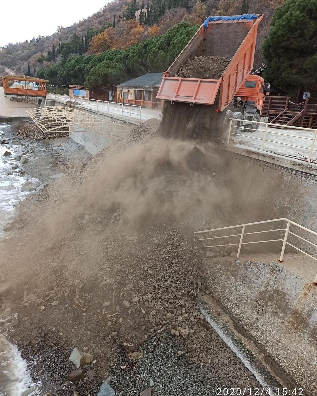 В Крыму уничтожили популярный пляж: мусор свозят самосвалами (фото)