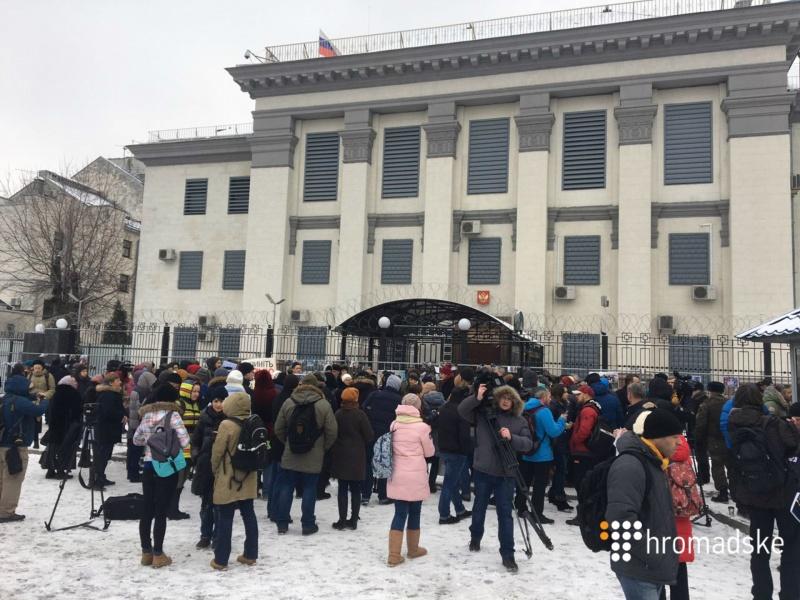 Под посольство Российской Федерации вКиеве принесли окровавленных кукол