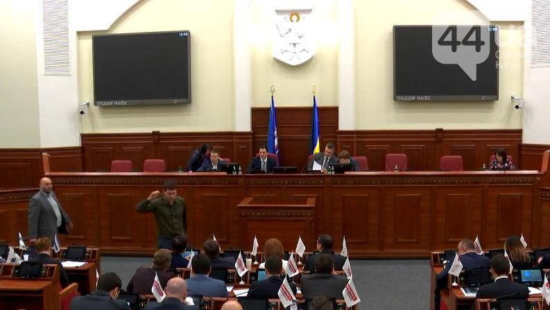 Размещено видео, как украинские народные избранники дерутся вКиевсовете из-за Кличко