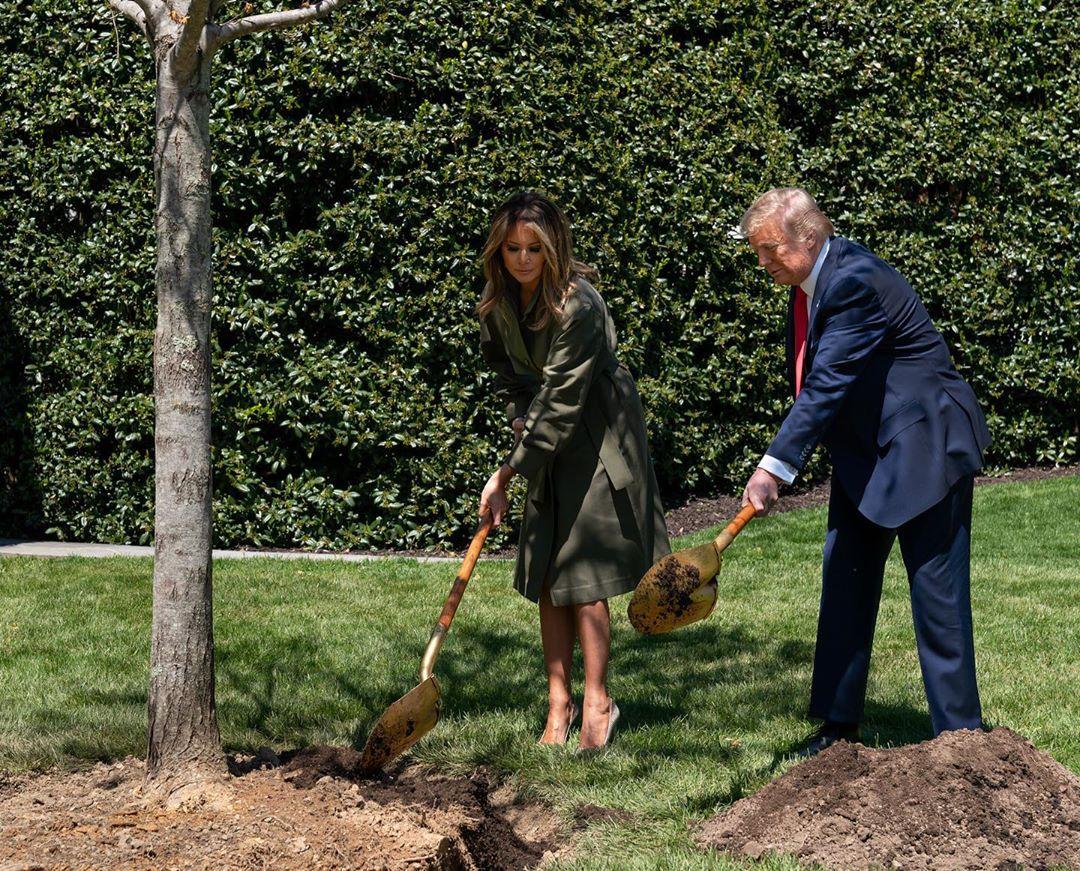 Мелания Трамп в элегантном тренче и с золотой лопатой вместо аксессуаров взялась за высадку деревьев у Белого дома