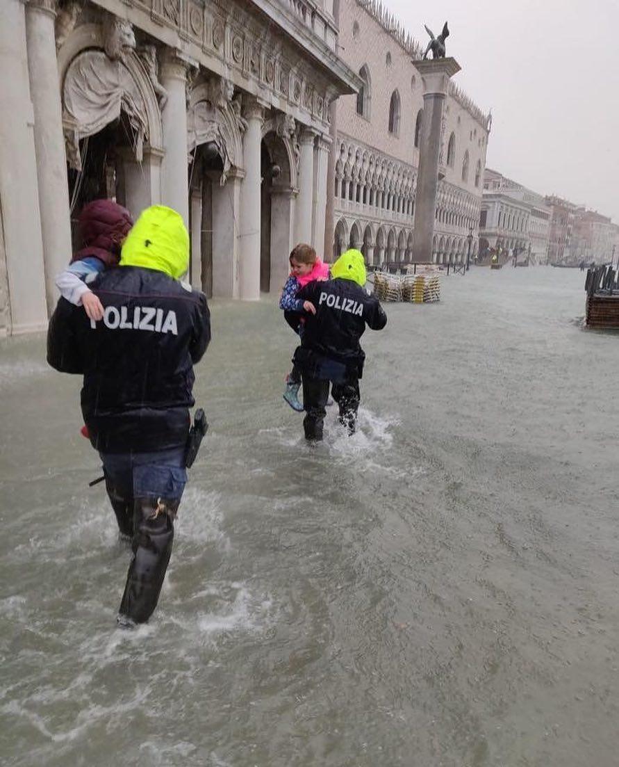 Венеция на 77% ушла под воду: впечатляющие фото и видео