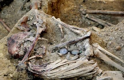 Археологи обнаружили захоронения жертв советских репрессий в ходе раскопок во Львове - Минкульт - археологическая находка - репрессии   РБК Украина