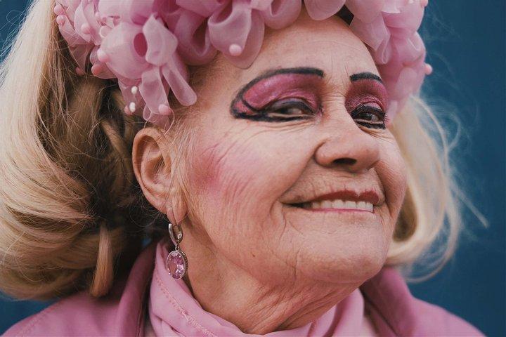 Пожилая украинка из Бердичева стала звездой своего города: ее экстравагантность поражает