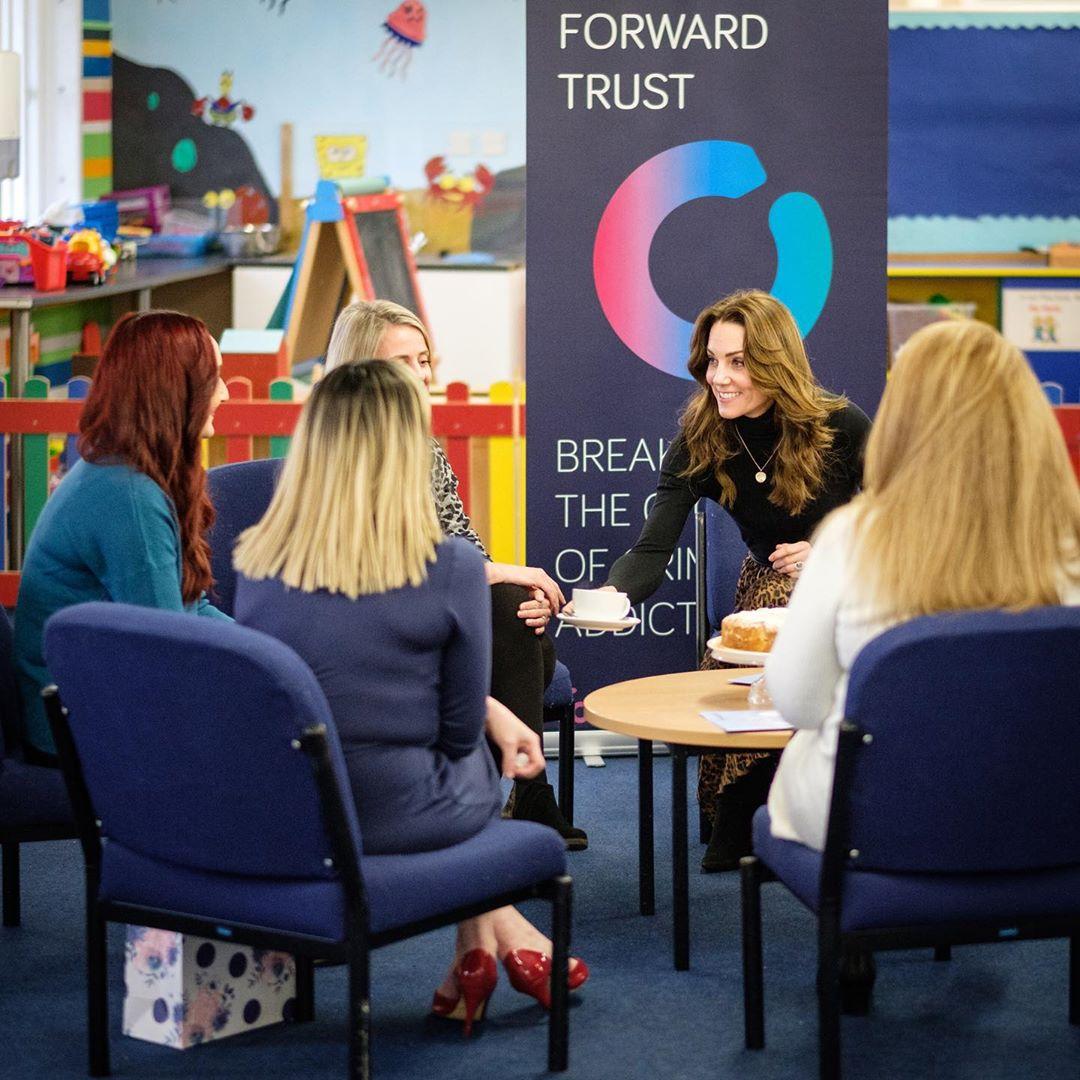 Кейт Миддлтон в леопардовой юбке показала сногсшибательный деловой образ на встрече в детском центре Кардиффа