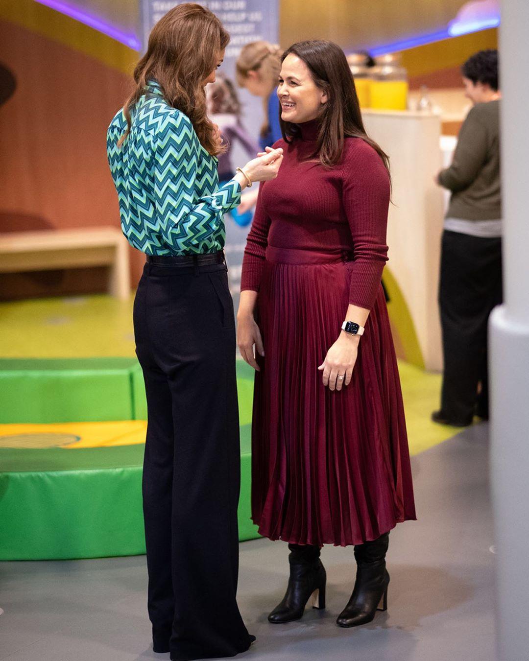 Кейт Миддлтон в блузе за 9000 грн и брюках-клеш показала, как выглядеть стройнее и выше