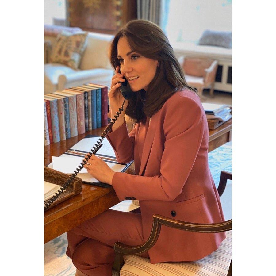 """Кейт Миддлтон на """"случайном"""" домашнем фото похвасталась внушительной коллекцией книг"""