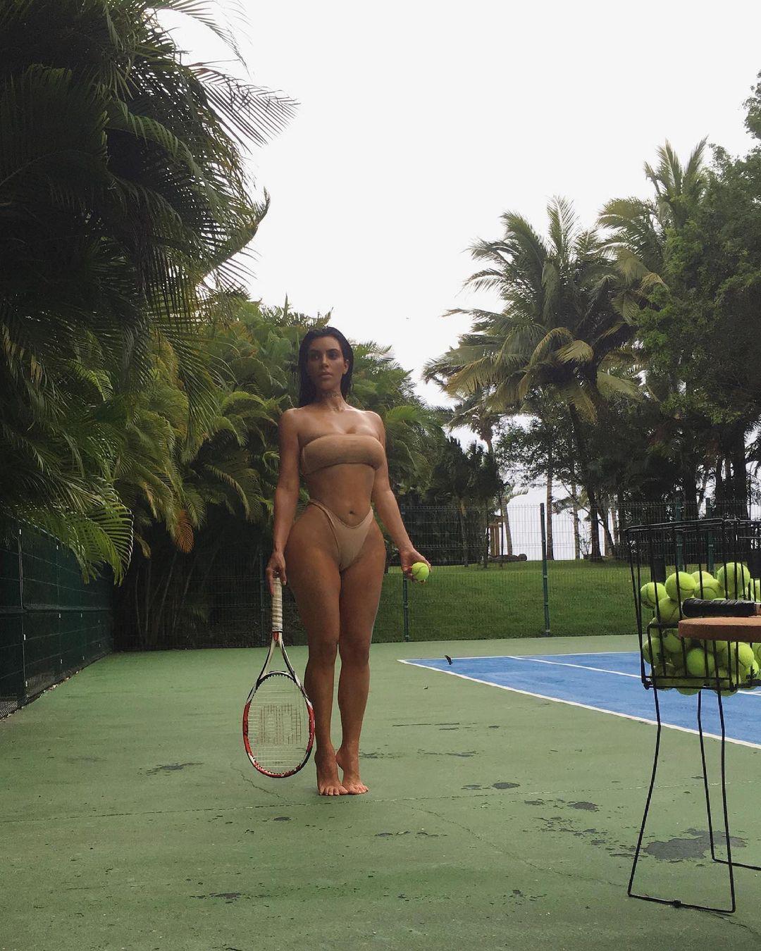 Полуобнаженная Ким Кардашьян захватывает роскошной фигурой на горячих фото
