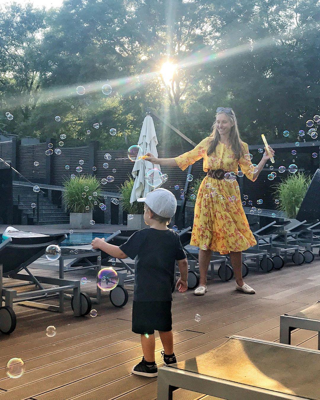 Катя Осадчая растрогала уникальным кадром счастливого детства 2-летнего сына