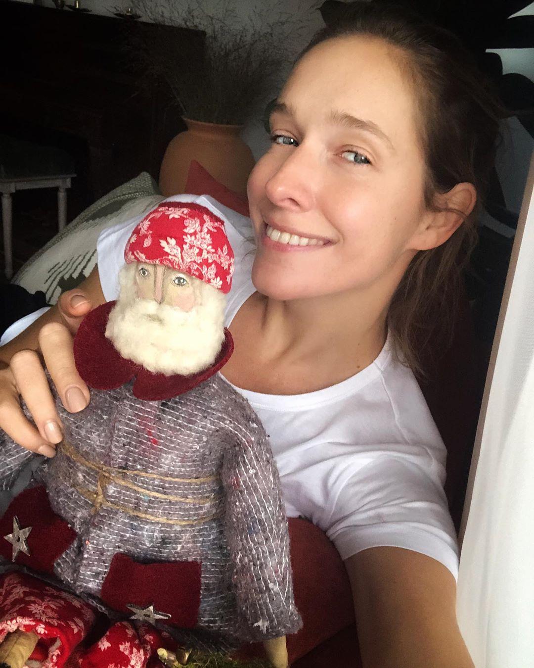 Катя Осадча без макіяжу і в компанії святого Миколая зачарувала підготовкою до Нового 2020 року