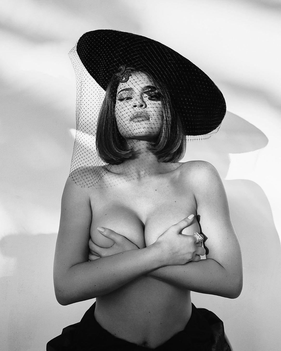В шляпе и топлес: Кайли Дженнер в пикантном наряде восхитила роскошными формами