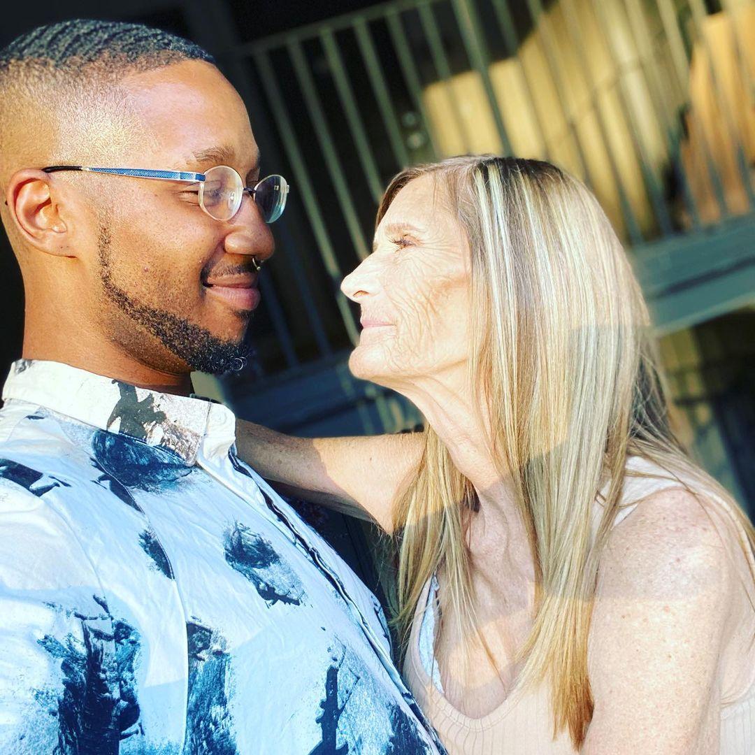 """61-річна жінка про заручини з 24-річним коханим: """"наше сексуальне життя фантастичне, між нами хімія"""""""