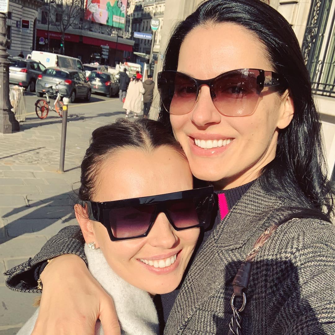 Маша Ефросинина с сестрой