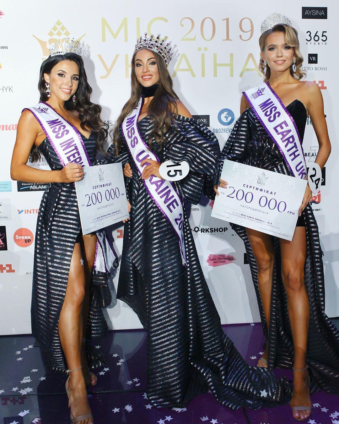 Мисс Украина 2019 светит ягодицами в шпагате... и вышивает иконы
