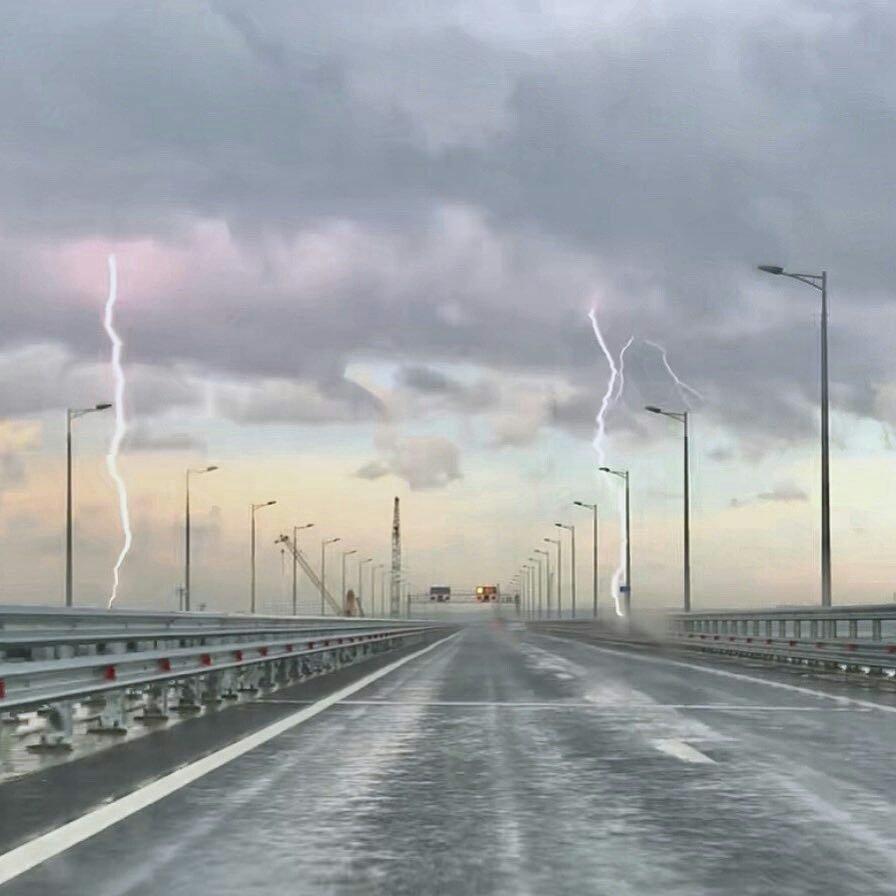 В Керченский мост ударили сразу две молнии (фото)