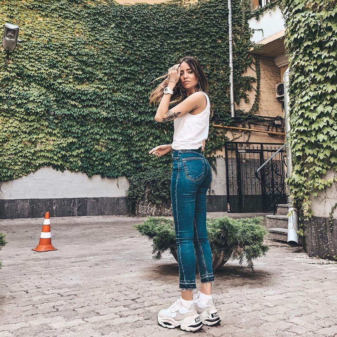 Дорофеева поразила фанатов фигурой в облегающих джинсах