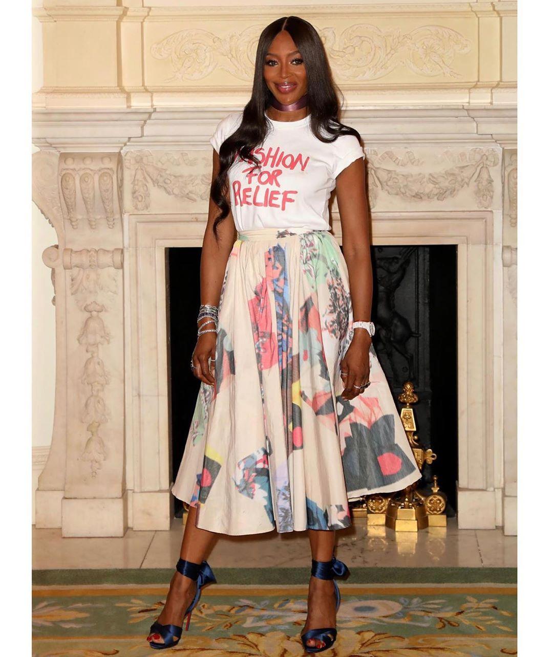 Просто и стильно: 49-летняя Наоми Кэмпбелл подчеркнула стройную фигуру ярким летним нарядом
