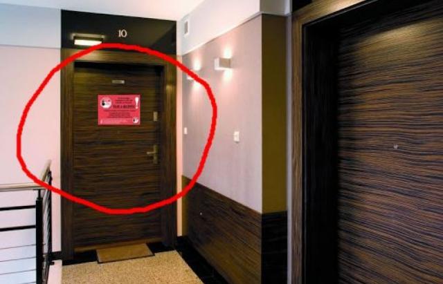 """В Венгрии людей на карантине обязали клеить на двери """"красные карты"""""""