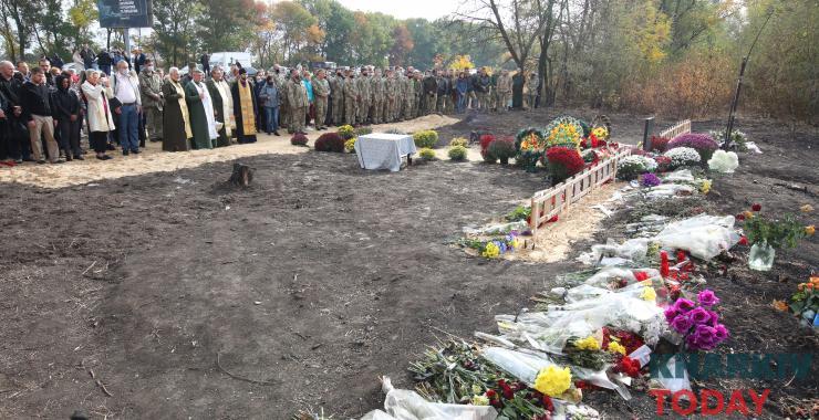 У Харкові попрощалися з загиблими у катастрофі Ан-26: місце трагедії усипане квітами