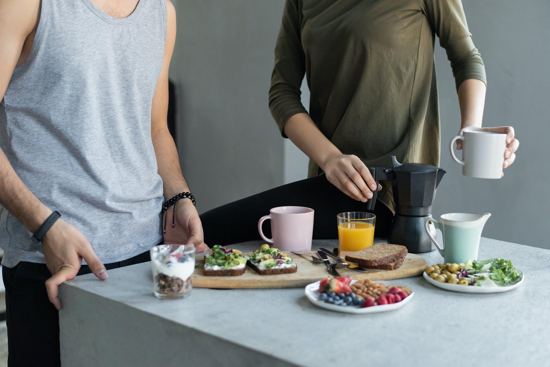 Топ-5 бесполезных пищевых ритуалов:  диетолог развеяла распространенные мифы
