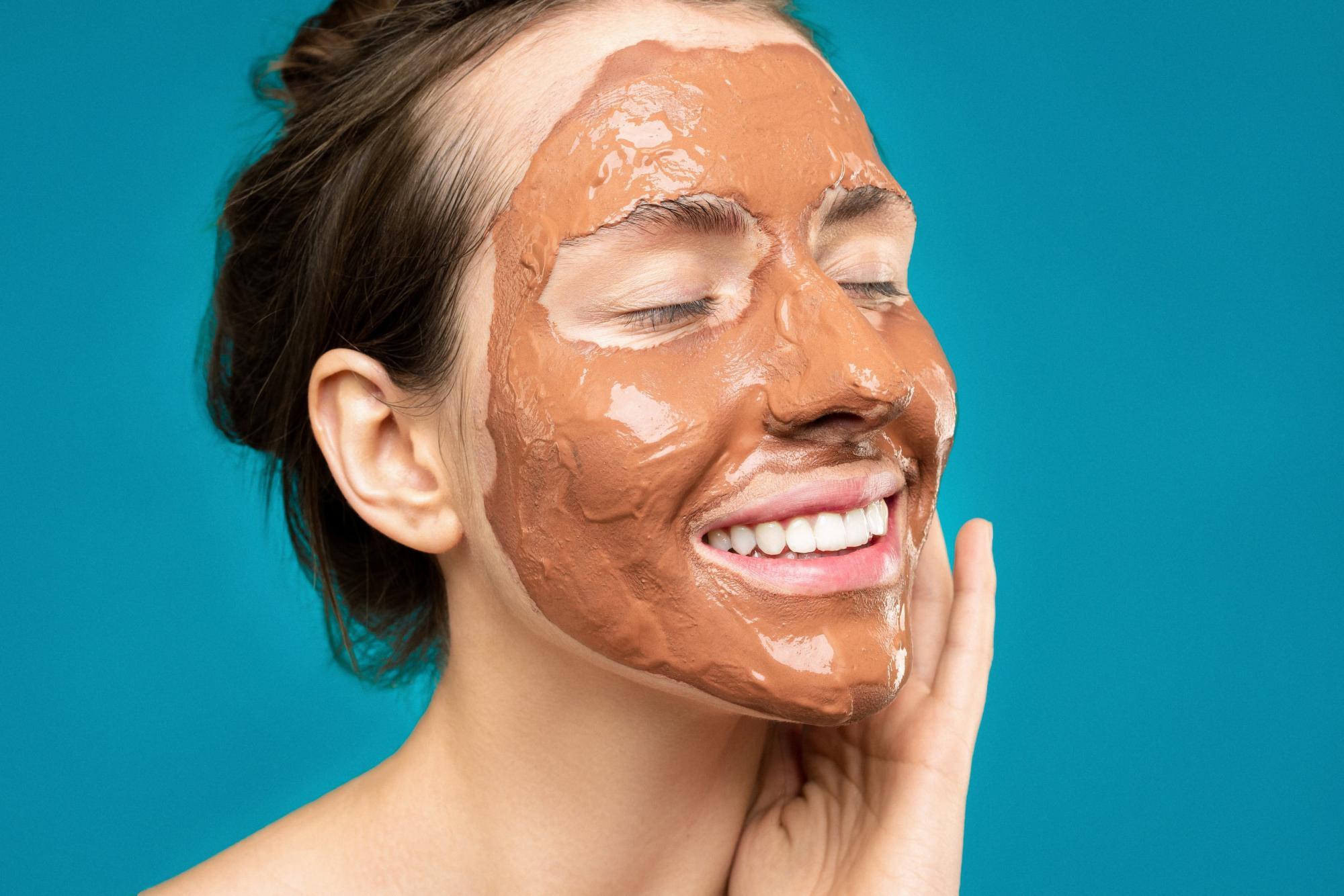 Підтягне овал обличчя і розгладить зморшки: домашній рецепт потужної маски
