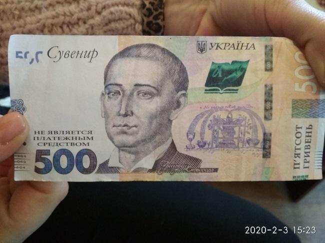 У київських кафе орудують досвідчені шахраї: відео зі схемою обману