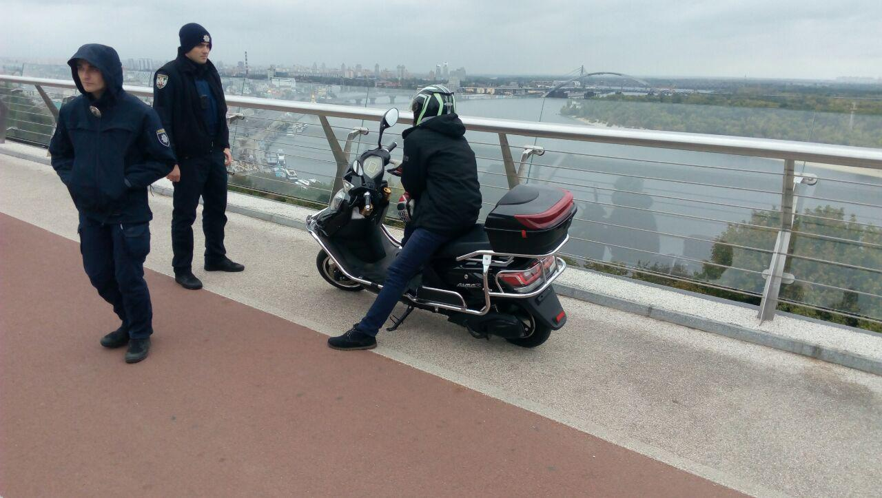 """Новый скандал с """"мостом Кличко"""": пьяный мужчина заехал на велодорожку на мопеде"""