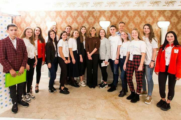 В широких брюках и джемпере: Елена Зеленская показала стильный образ на каждый день