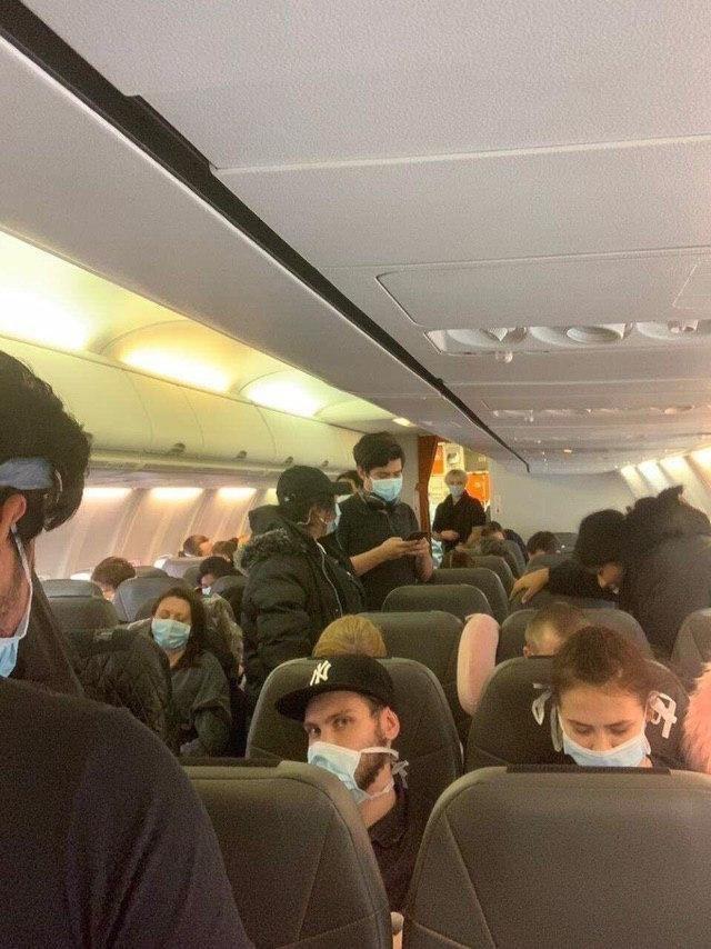 Все в масках и спокойные: видео из салона самолета из Уханя