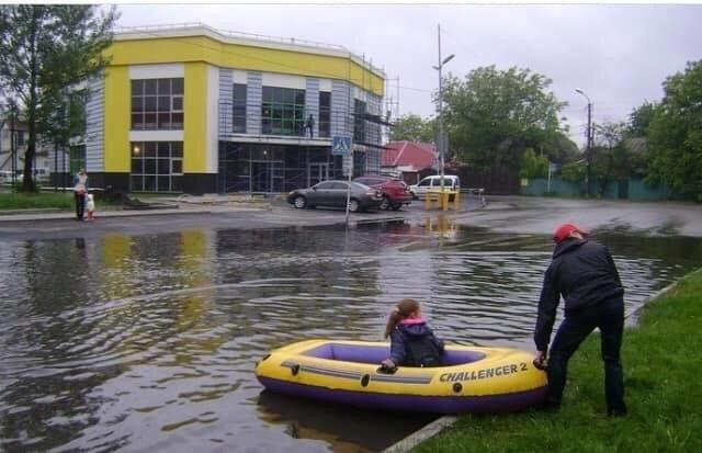 """Киев в свой день ушел под воду: в сети показали видео и мемы о """"праздничном"""" потопе"""