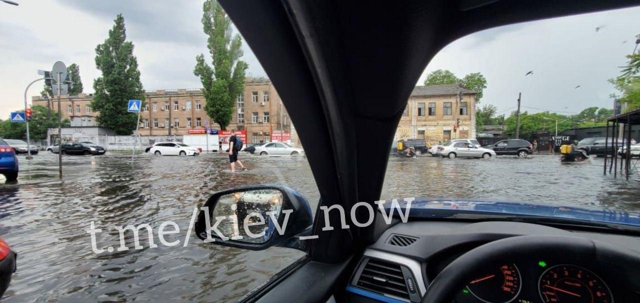 Київ пішов під воду після чергової зливи: фото та відео
