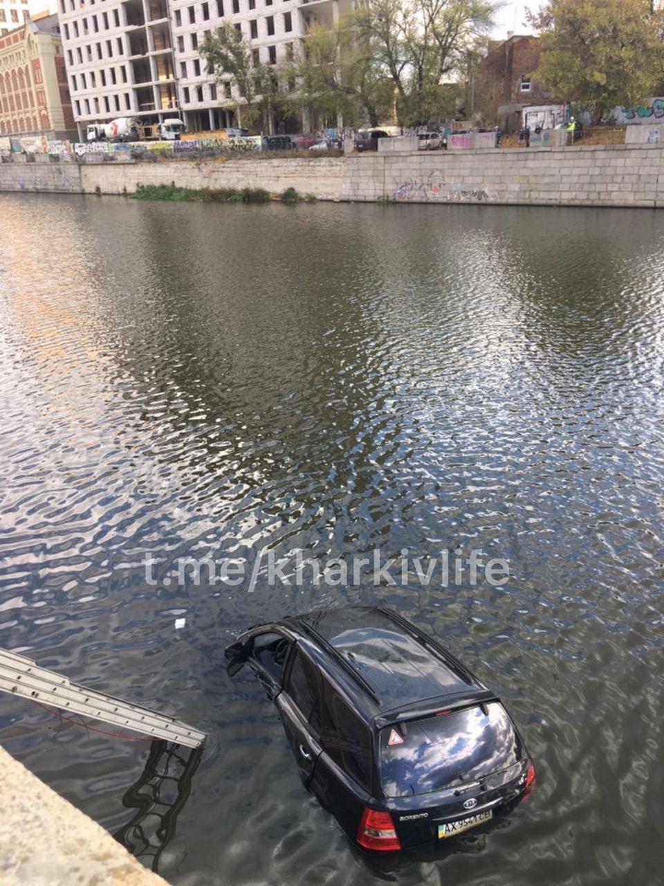 Один вопрос: как? В Харькове иномарка загадочно попала в реку (видео, фото)