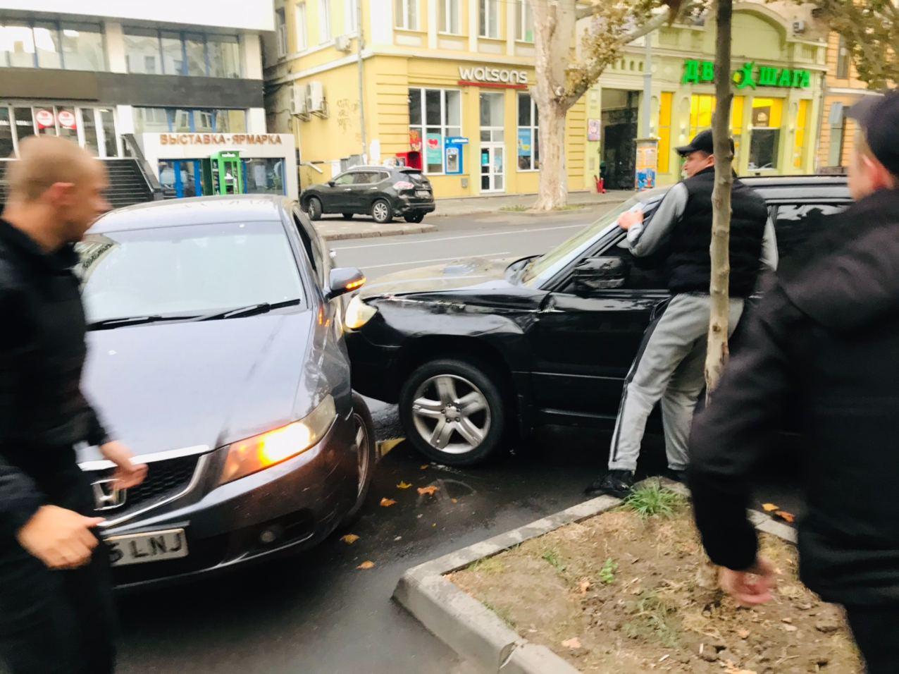 """Такого ще не робив ніхто: в Одесі неадекват прокатав """"копів"""" на паркані (відео)"""
