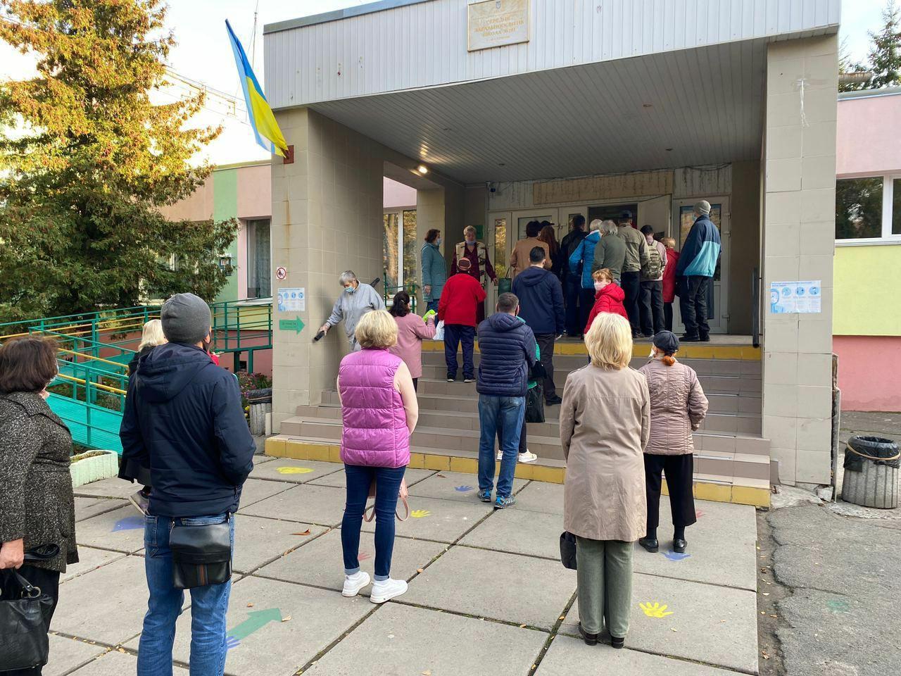 Появились фото очередей в избирательные участки: коронавирус не страшен