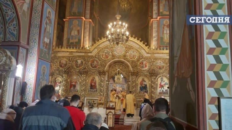 Не ресторанами едиными: в сети показали, как известные храмы Киева проигнорировали карантин