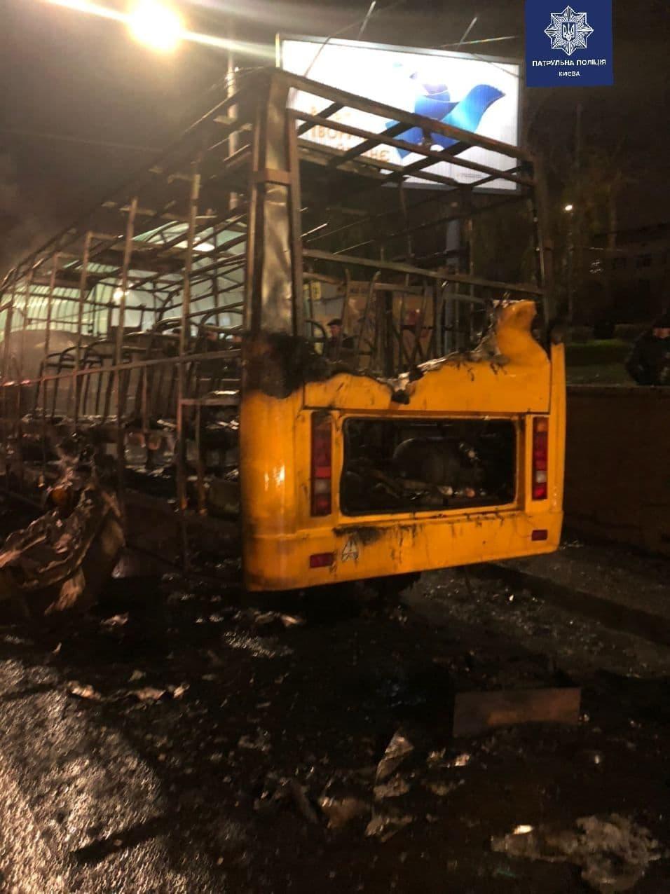 В Киеве буквально за секунды загорелась маршрутка: появилось видео жуткого пожара