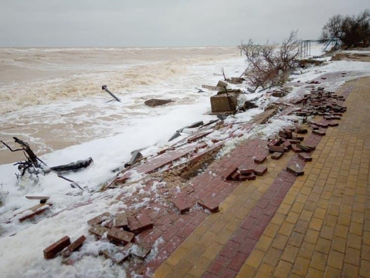 Шторм в Кирилловке затопил десятки отелей и разрушил набережную: фото и видео стихии
