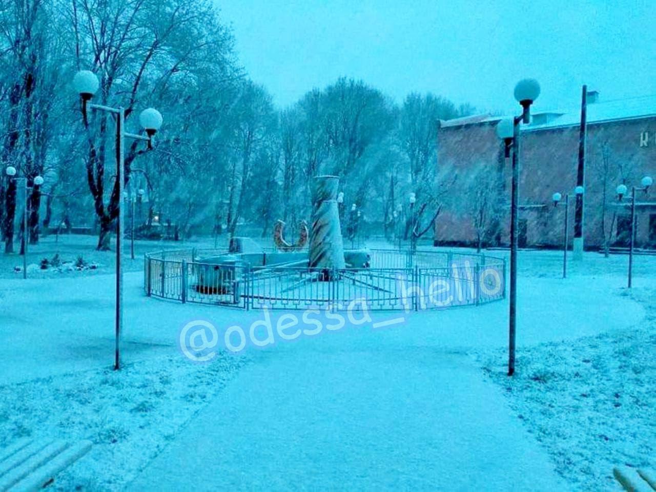 Одеську область засипало снігом і крижаним градом: відео негоди