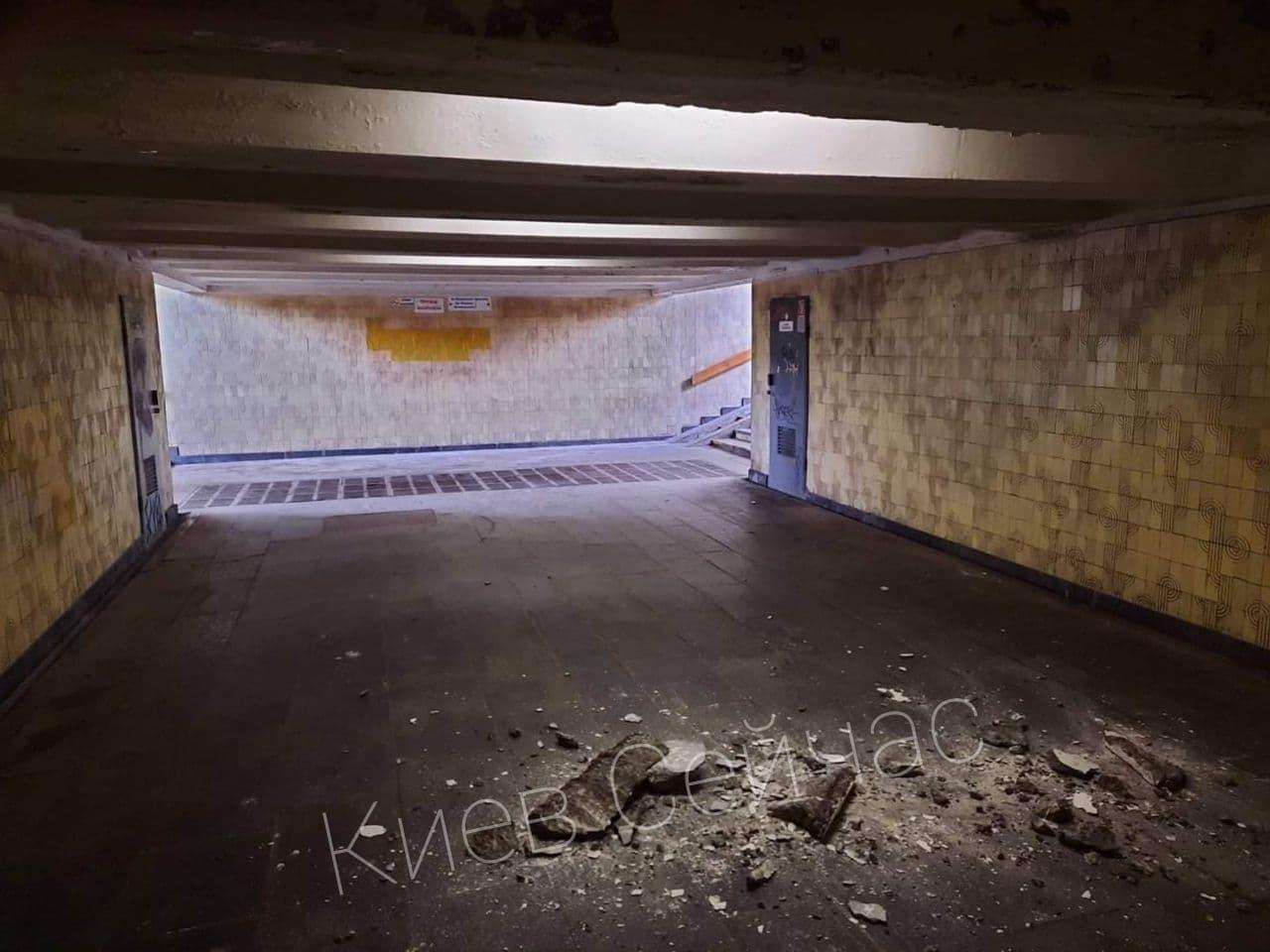 """В переходе киевского метро произошел обвал: """"он устал"""" (фото)"""
