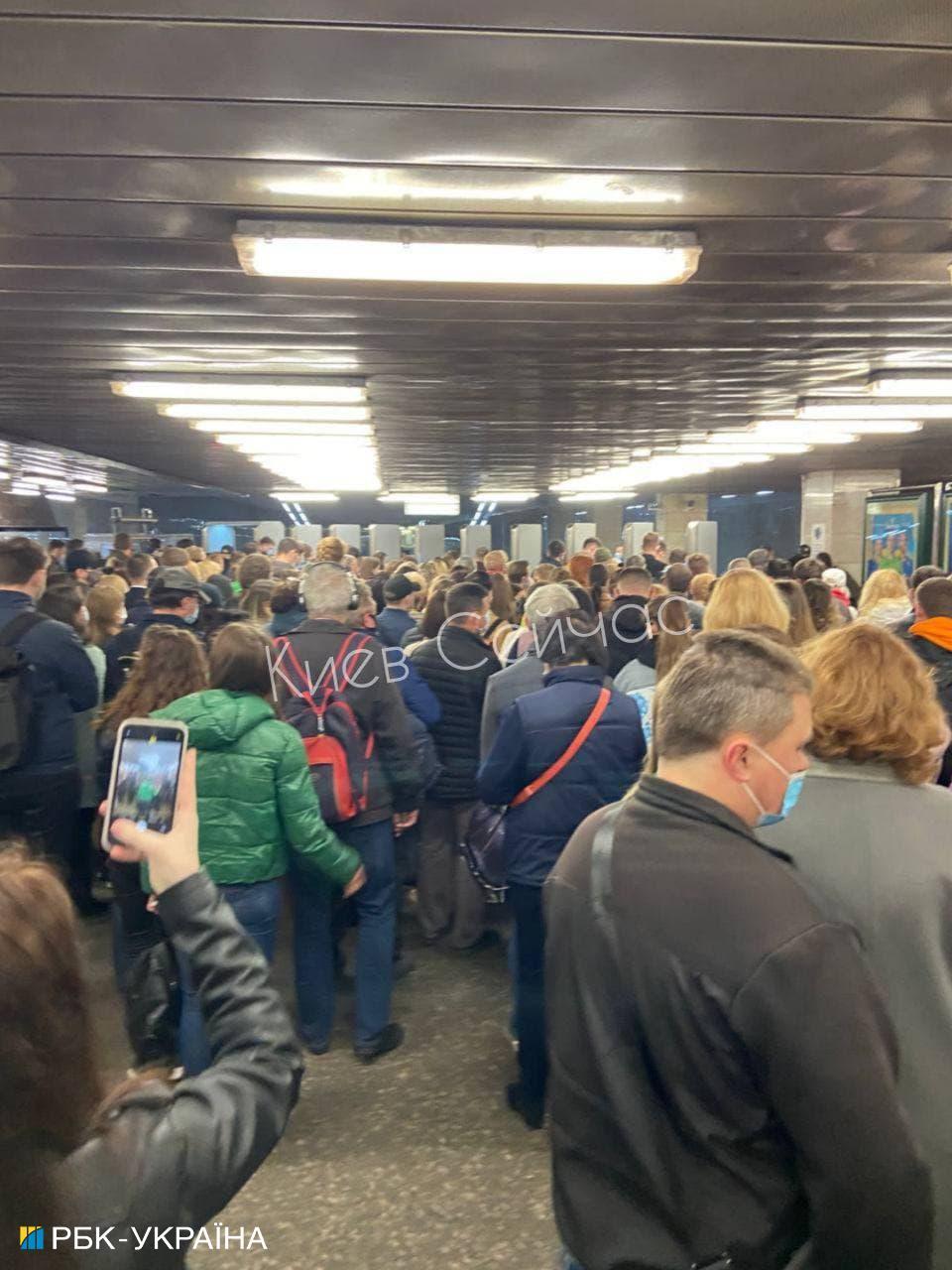 У метро Києва виникла небувала тиснява після закінчення локдауну (фото)