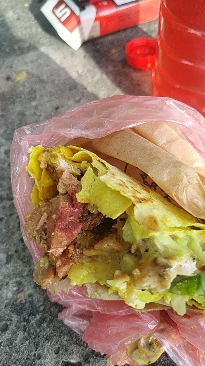 """Українців на автовокзалі нагодували сирою шаурмою: """"добре хоч, що м'ясо не втекло"""" (фото)"""