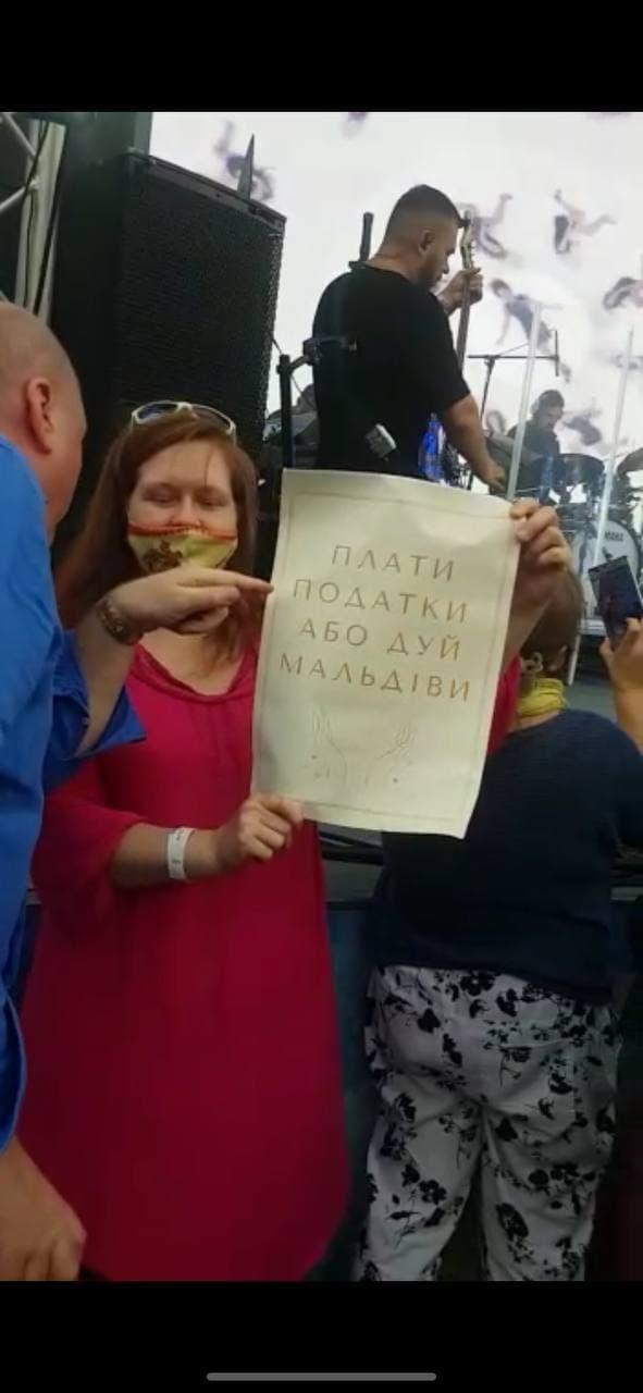 Втекла з величезною кількістю охорони: у Москві зірвали концерт Ані Лорак (відео)