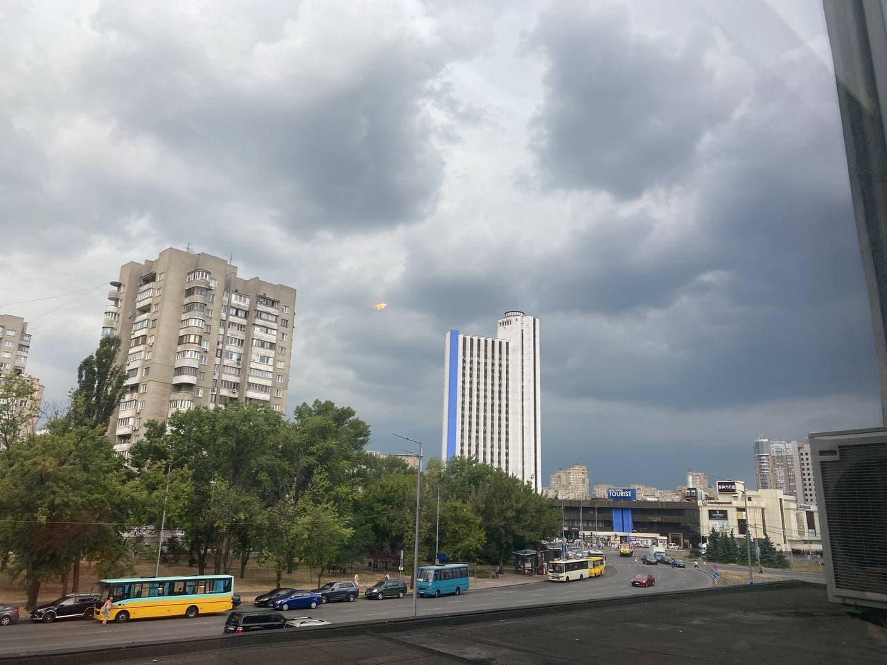 """Київ накрила страшна гроза, місто """"поринуло ві тьму"""": фото і відео"""