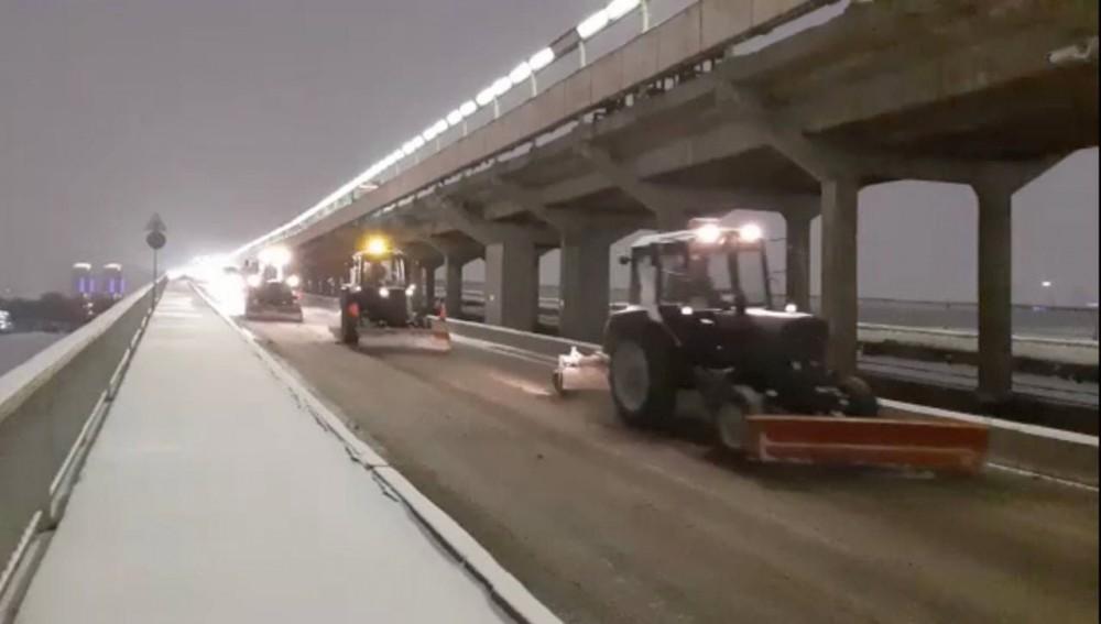 Хуртовина не припиняється, а дороги перетворилися на ковзанку: Київ засипає снігом
