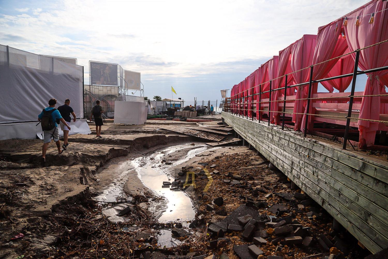Затоплені магазини, знищений пляж і асфальт: на Одесу налетів страшний ураган