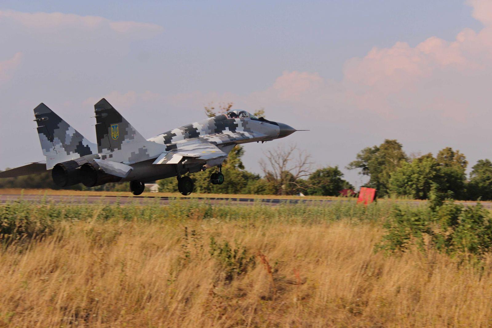 Украинские истребители отработали взлет и посадку на автотрассу, - Минобороны - фото, видео | РБК Украина