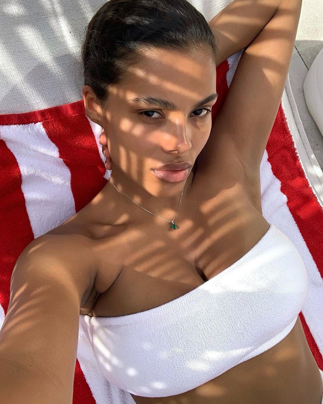 Пляжная муза: Тина Кунаки восхитила идеальной формой и пышной грудью