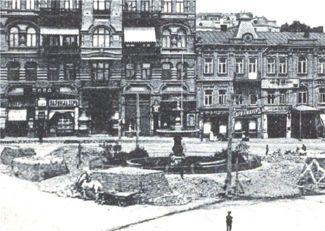 1900 год. Фонтан на площади Льва Толстого (Караваевской) (не сохранился)