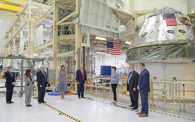 Дональд Трамп и Майк Пенс с супругами в космическом центре Кеннеди 27 мая
